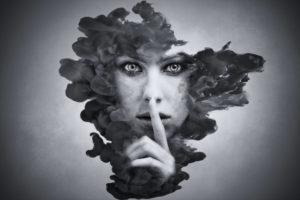 謎の女、秘密