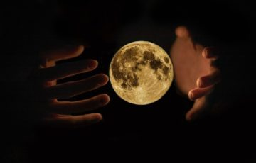 月、宇宙人、基地、人為的